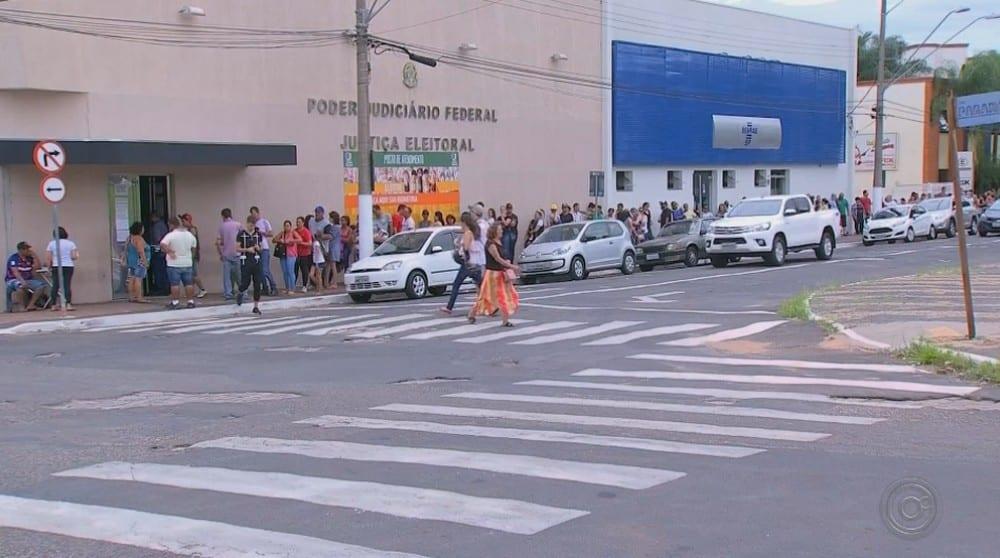 Filas estão sendo feitas todos os dias desde o fim de semana no cartório de Marília — Foto: Reprodução/TV TEM