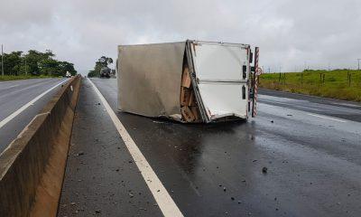 Caminhão tomba e interrompe trânsito em uma das faixas de rodovia em Marília — Foto: Alcyr Netto/TV TEM