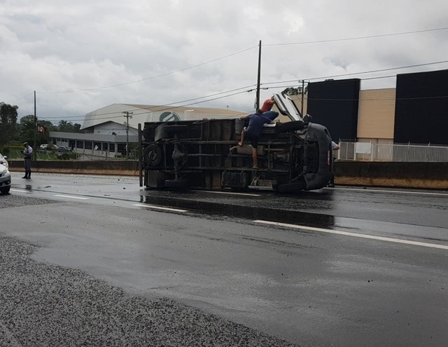 Acidente aconteceu na manhã desta sexta-feira (6) na Rodovia Comandante João Ribeiro de Barros — Foto: Alcyr Netto/TV TEM