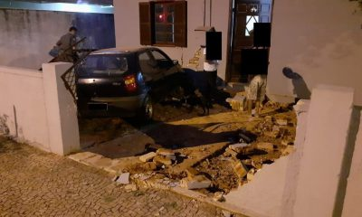 Carro invade casa e derruba muro no centro de Tupã — Foto: Tupaense Notícias/Divulgação