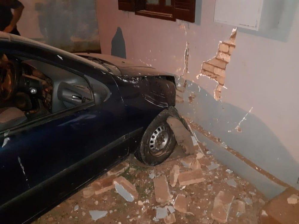 Segundo o Corpo de Bombeiros, motorista foi socorrido para a Santa Casa de Tupã — Foto: Tupaense Notícias/Divulgação