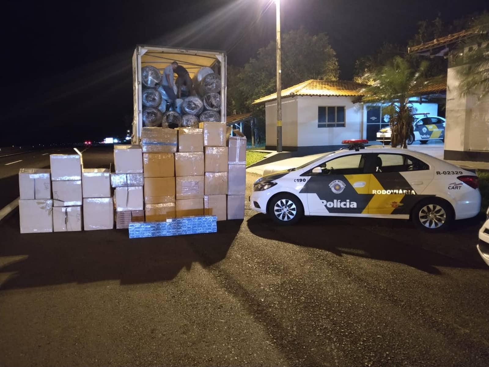 Paraguaio é preso com mercadorias contrabandeadas em Santa Cruz do Rio Pardo — Foto: Polícia Rodoviária/Divulgação