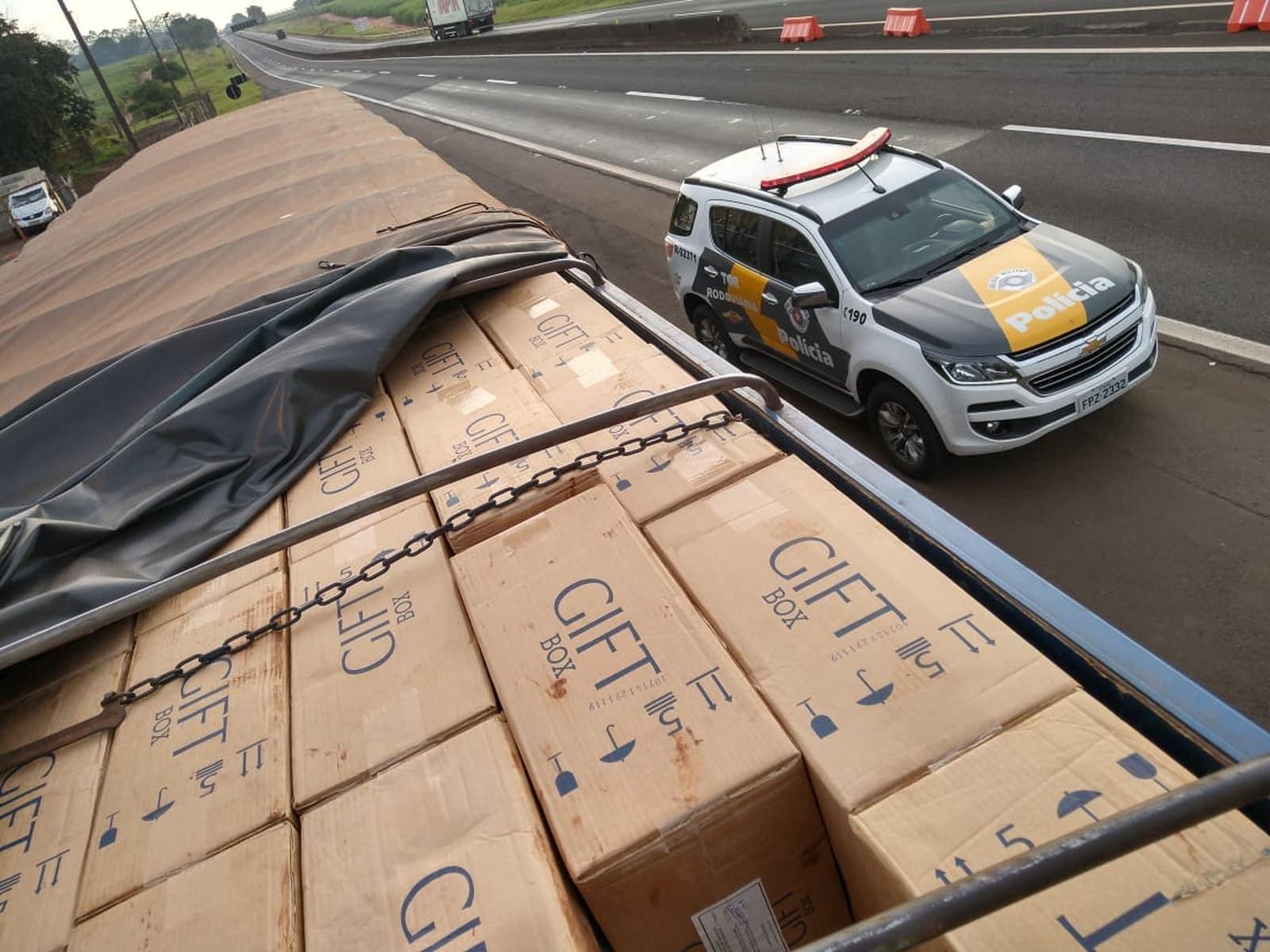 Polícia Rodoviária apreende carga de cigarros sem nota fiscal em rodovia de Ourinhos — Foto: Polícia Rodoviária/Divulgação