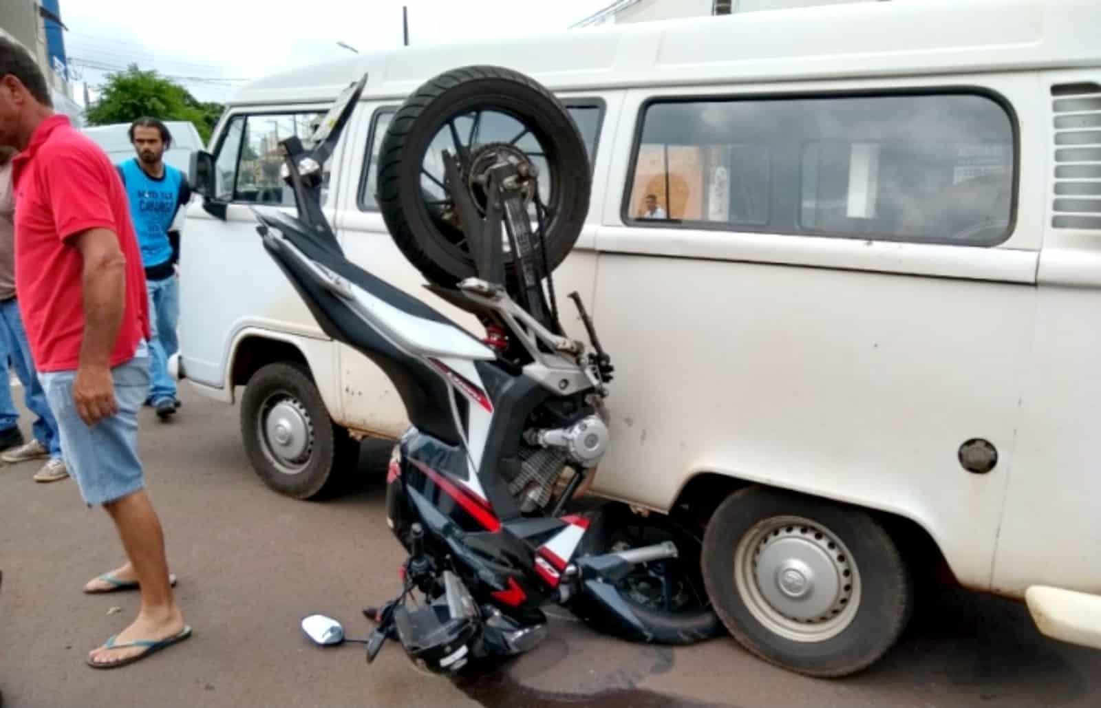 Moto ficou presa na lateral da perua após acidente no centro de Ourinhos — Foto: Arquivo pessoal