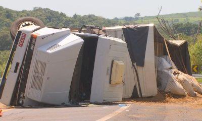 Caminhão tombou na Rachid Rayes em Marília — Foto: TV TEM / Reprodução
