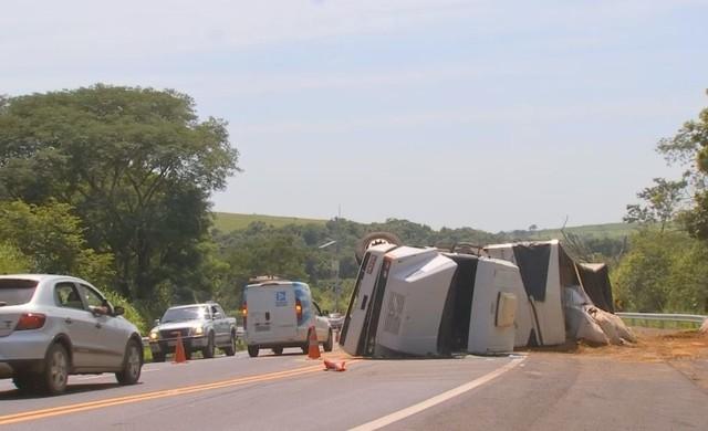 Trânsito foi desviado no local e os motoristas devem redobrar a atenção — Foto: TV TEM / Reprodução