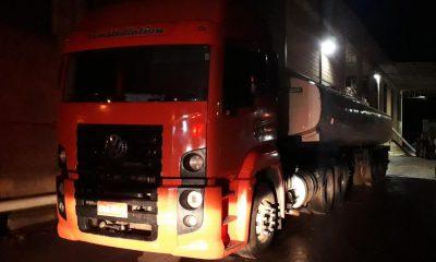Caminhão com 32 toneladas de óleo foi apreendido em Tarumã — Foto: Polícia Civil e Gaeco/ Divulgação