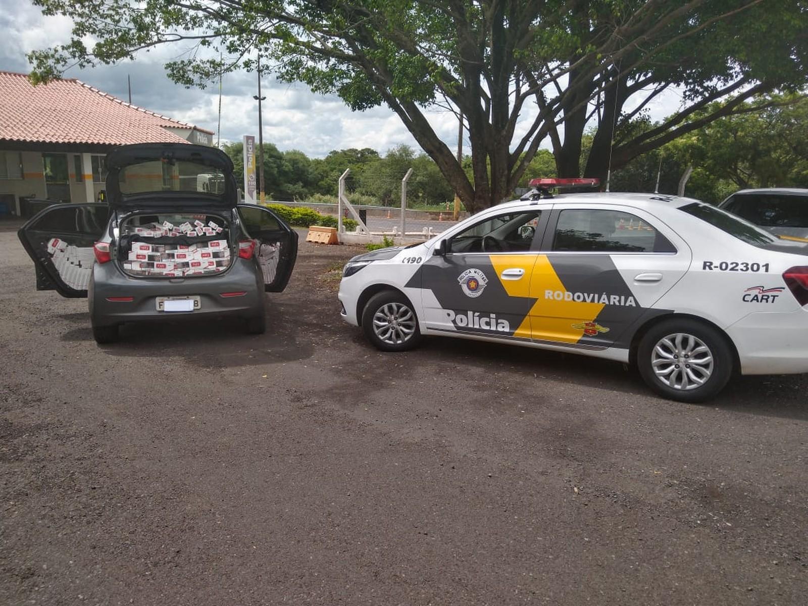 Carro abordado na SP-333, em Assis, transportava cerca de 9 mil maços com origem do Paraguai — Foto: Polícia Rodoviária/Divulgação
