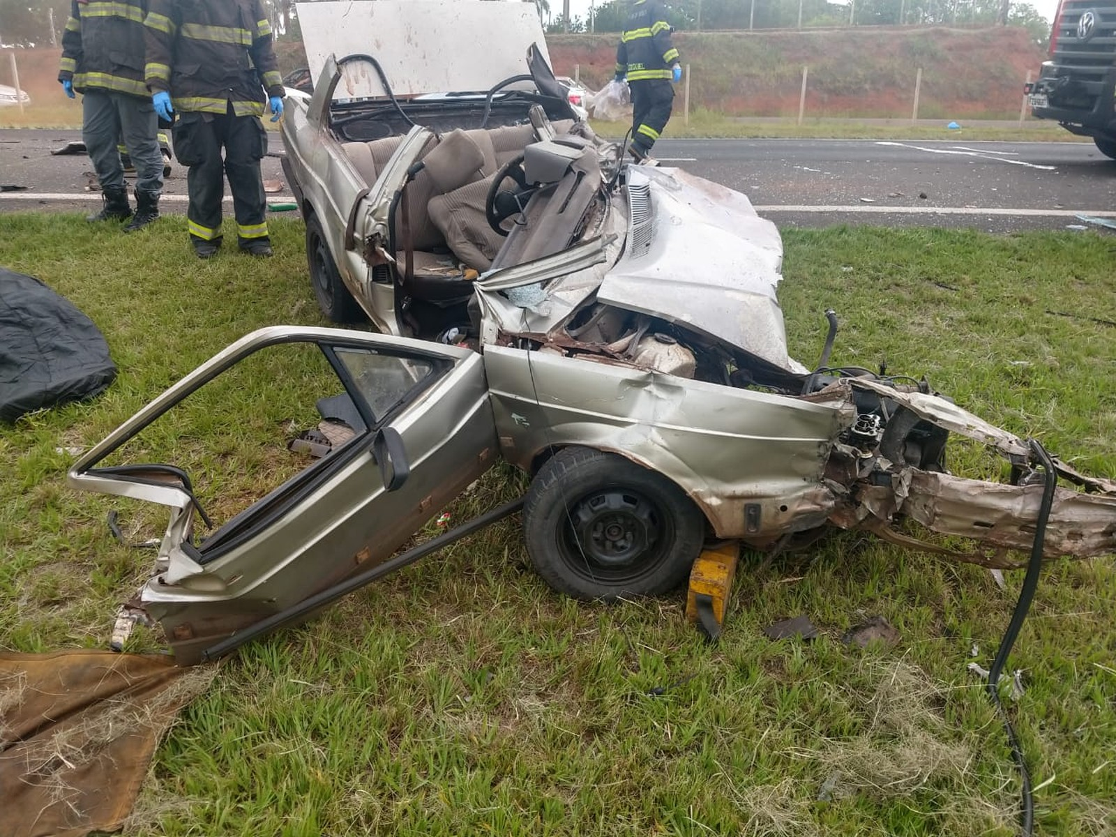 Homem matou a companheira e depois se suicidou batendo o carro em um caminhão — Foto: Murilo Zara/TV Fronteira