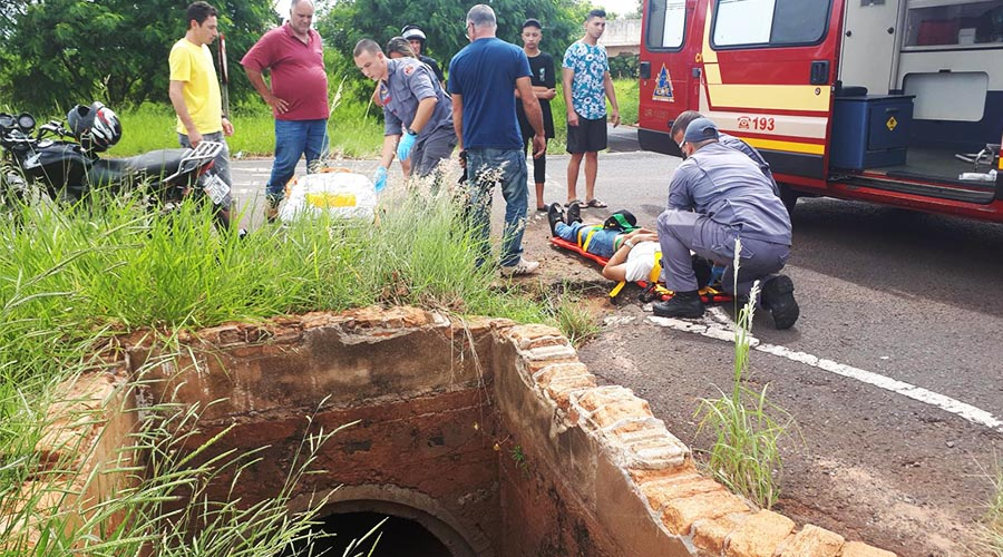 A vítima foi socorrida pelo Resgate do Corpo de Bombeiros e encaminhada, com alguns ferimentos, ao Pronto-Socorro (Foto: Manoel Moreno)