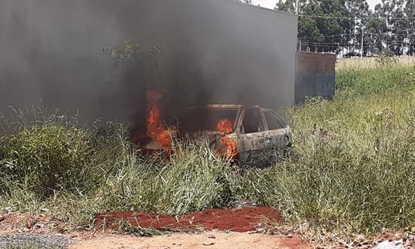 Carro pega fogo no jardim Tangará em Cândido Mota (Foto: Reprodução/O Diário do Vale)