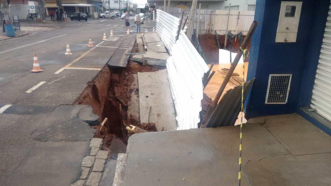Cratera engoliu a calçada e parte do asfalto (Foto: Reprodução/Jornal da Segunda)