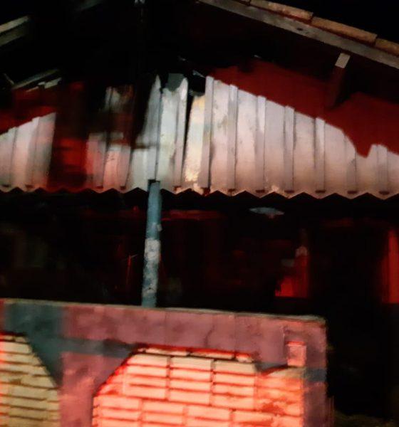 Casa de madeira pega fogo e mobiliza bombeiros em Tarumã — Foto: Corpo de Bombeiros/Divulgação