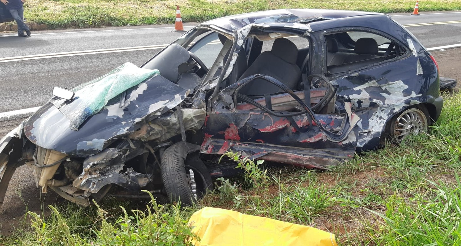 Carro dirigido pelo idoso ficou destruído, principalmente no lado do motorista, local da batida frontal contra a carreta — Foto: Polícia Rodoviária Federal/Divulgação