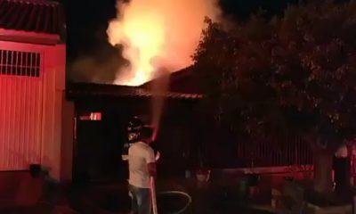 Casa fica destruída após incêndio em Ipaussu — Foto: Repórter na Rua/Divulgação