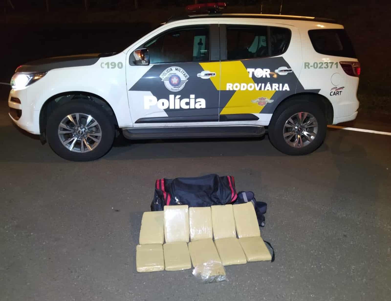 Homem é detido com 10 quilos de maconha escondida na bagagem em Santa Cruz do Rio Pardo — Foto: Divulgação/Polícia Rodoviária