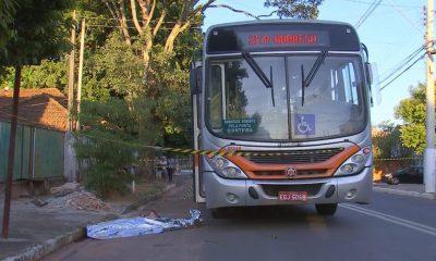 Mulher é morta a tiros dentro de ônibus em distrito de Marília — Foto: TV TEM/Reprodução