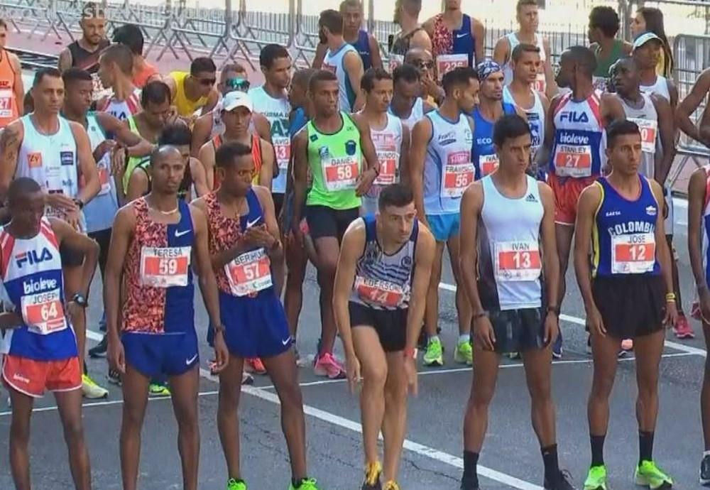 O paraguaçuense Daniel Nascimento (nº 58) largou no pelotão de elite ao lado de atletas estrangeiros — Foto: TV Globo/Reprodução