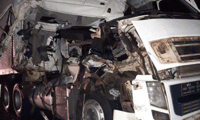 Batida entre dois caminhões deixa um dos veículos destruídos em Assis — Foto: The Brothers/Divulgação