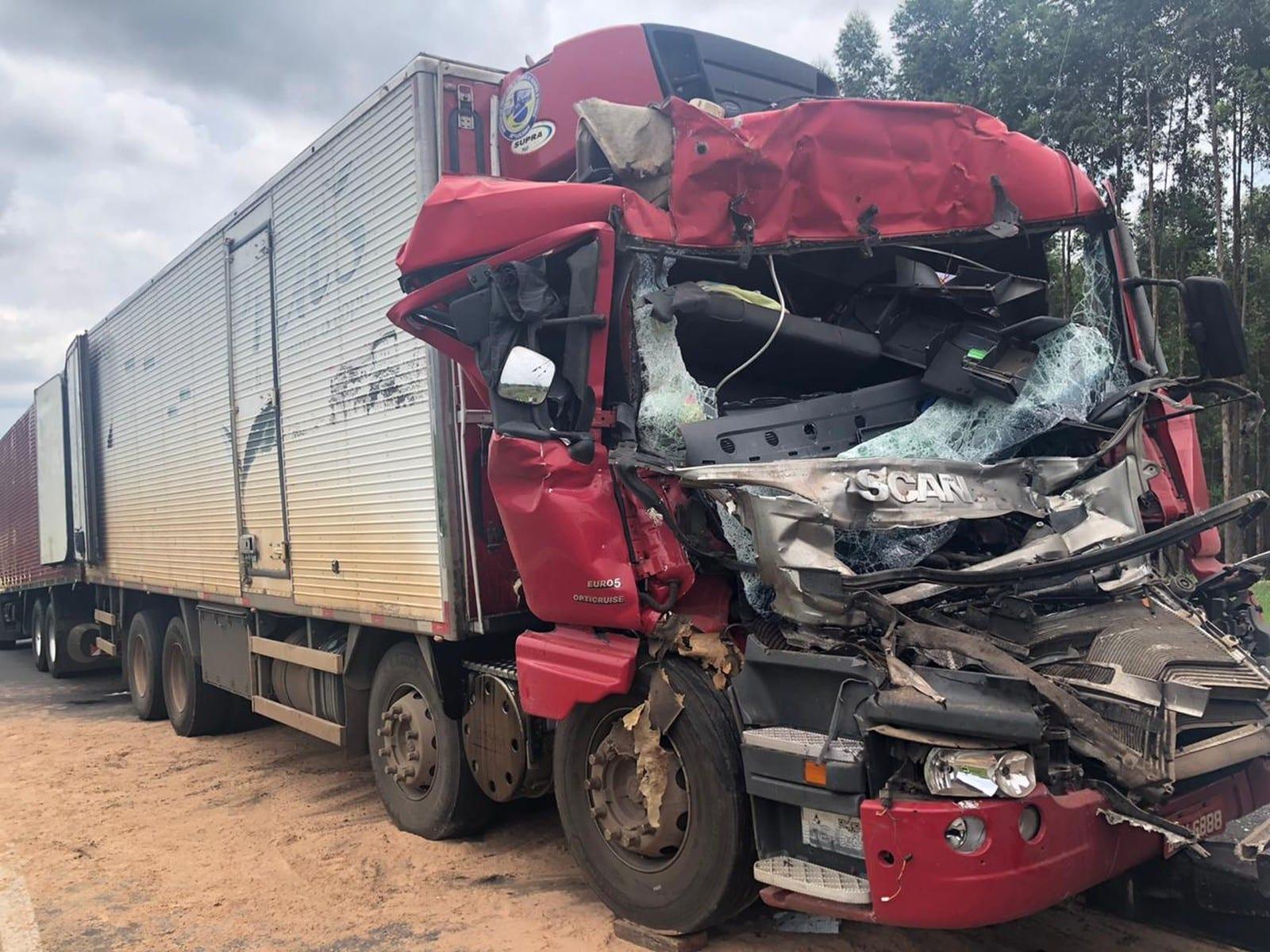 Cabine do caminhão ficou destruída após o acidente na SP-294 entre Oriente e Pompeia — Foto: Indianara Campos / TV TEM