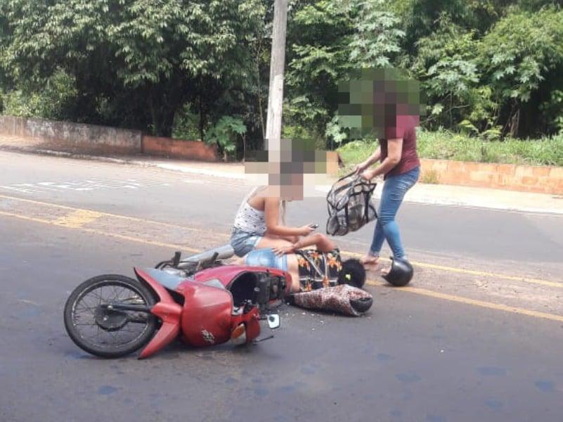Motociclista fica ferida após acidente no Parque Universitário (Foto: AssisNews)