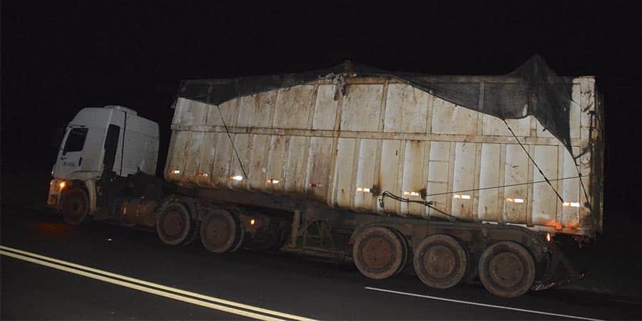 Carro colide na traseira de carreta na rodovia Paraguaçu/Quatá (Foto: Manoel Moreno)