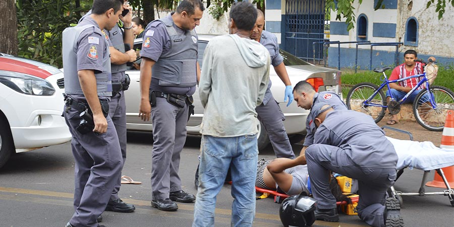 Vítima foi socorrida pelo Resgate do Corpo de Bombeiros e levada ao Pronto-Socorro (Foto: Manoel Moreno)