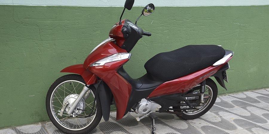 Vítima seguia em uma Honda/Biz (Foto: Manoel Moreno)