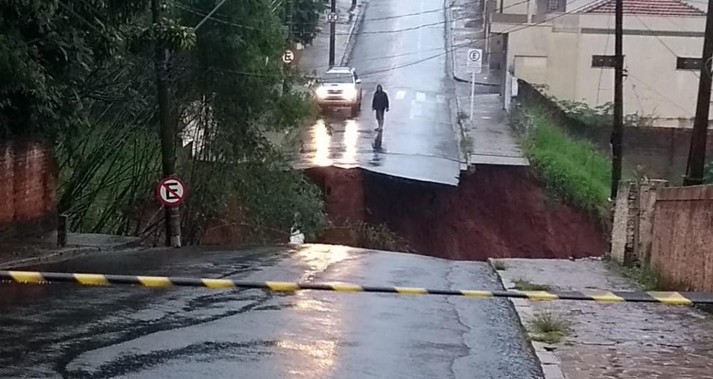 Ponte do Bairro Alto desabou por conta da chuva que atingiu Botucatu na madrugada desta segunda — Foto: Arquivo pessoal/André Emílio