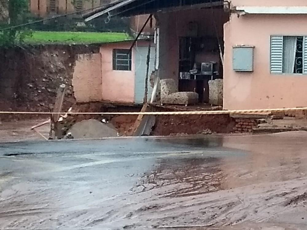 Casas desmoronaram e famílias ficaram desabrigadas após tempestade em Botucatu — Foto: Arquivo pessoal/André Emílio
