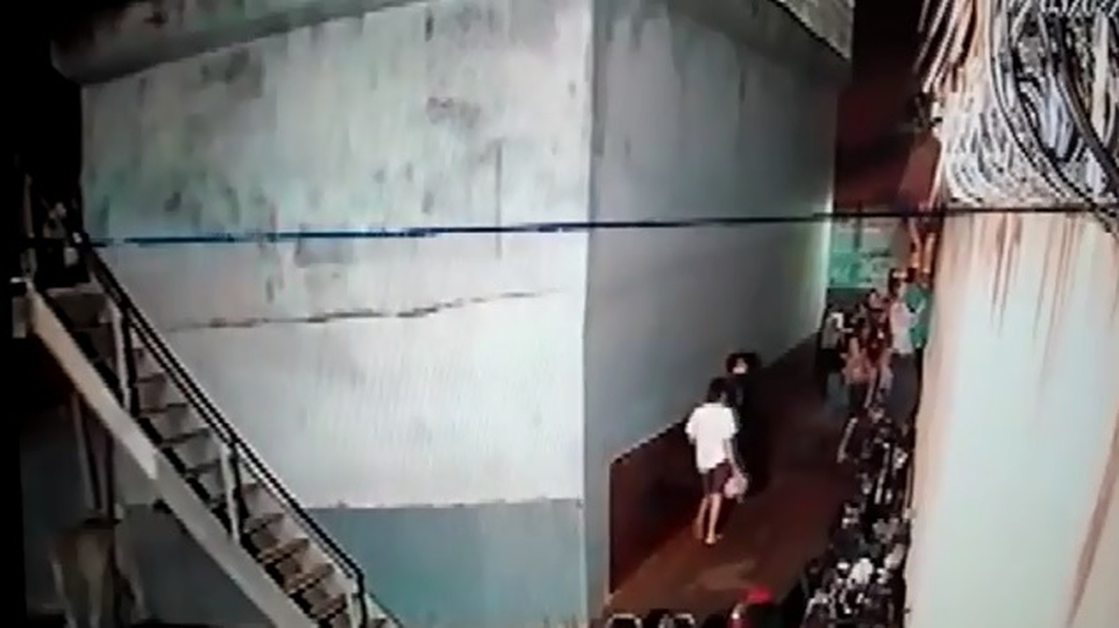 Presos se aglomeram no pátio externo da delegacia para tentar fugir da cadeia — Foto: Divulgação/Polícia Civil