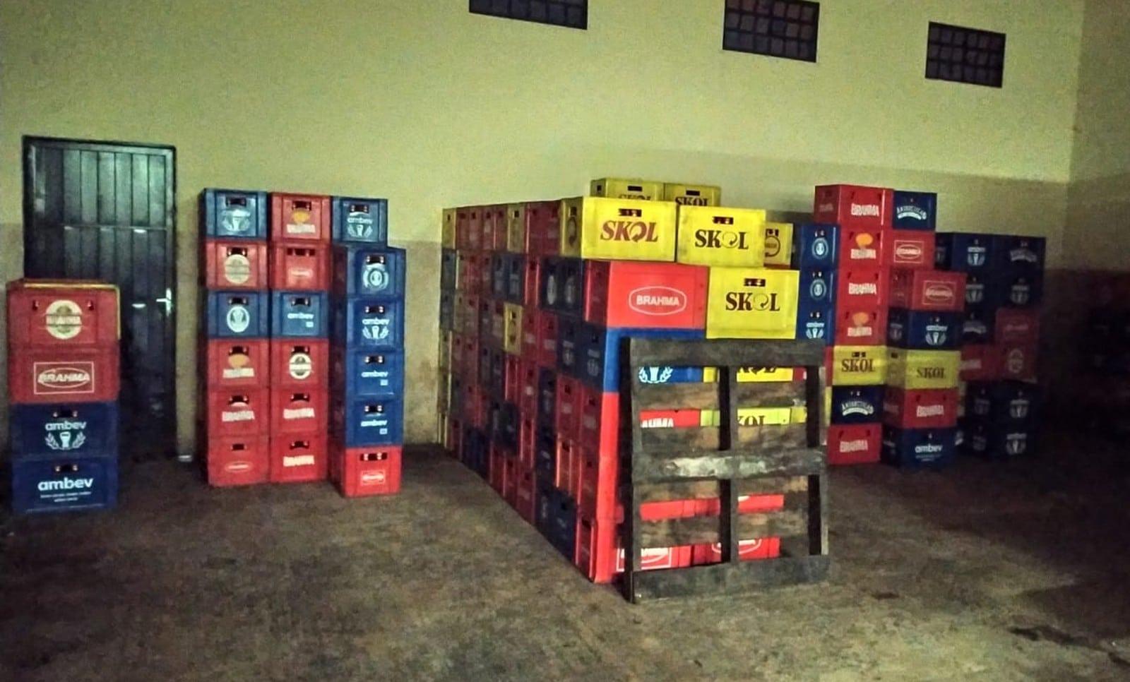 Polícia apreende mais de 16 mil garrafas de cerveja com rótulos falsificados em Ourinhos — Foto: Polícia Militar/Divulgação