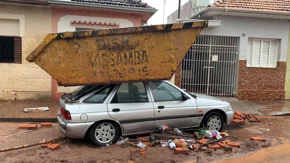 Caçamba foi parar em cima de um carro com a força da tempestade em Botucatu — Foto: Prefeitura de Botucatu/Divulgação