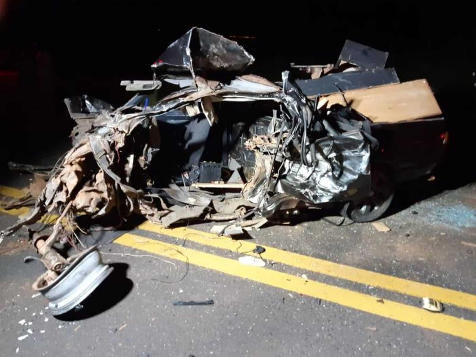 Carro ficou destruído após a batida frontal em Marília — Foto: Arquivo pessoal