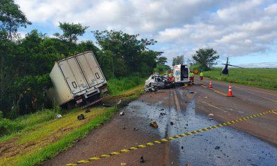 Uma mulher morreu em um acidente entre um carro e um caminhão, na PR-323, em Londrina. — Foto: Eduardo Lhamas/RPC Londrina