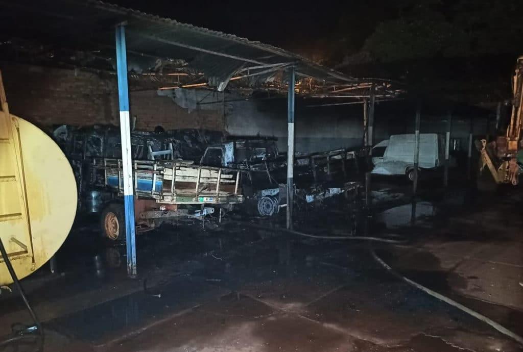 Fogo atinge almoxarifado e destrói veículos da prefeitura de Palmital (Foto: Jornal da Comarca)
