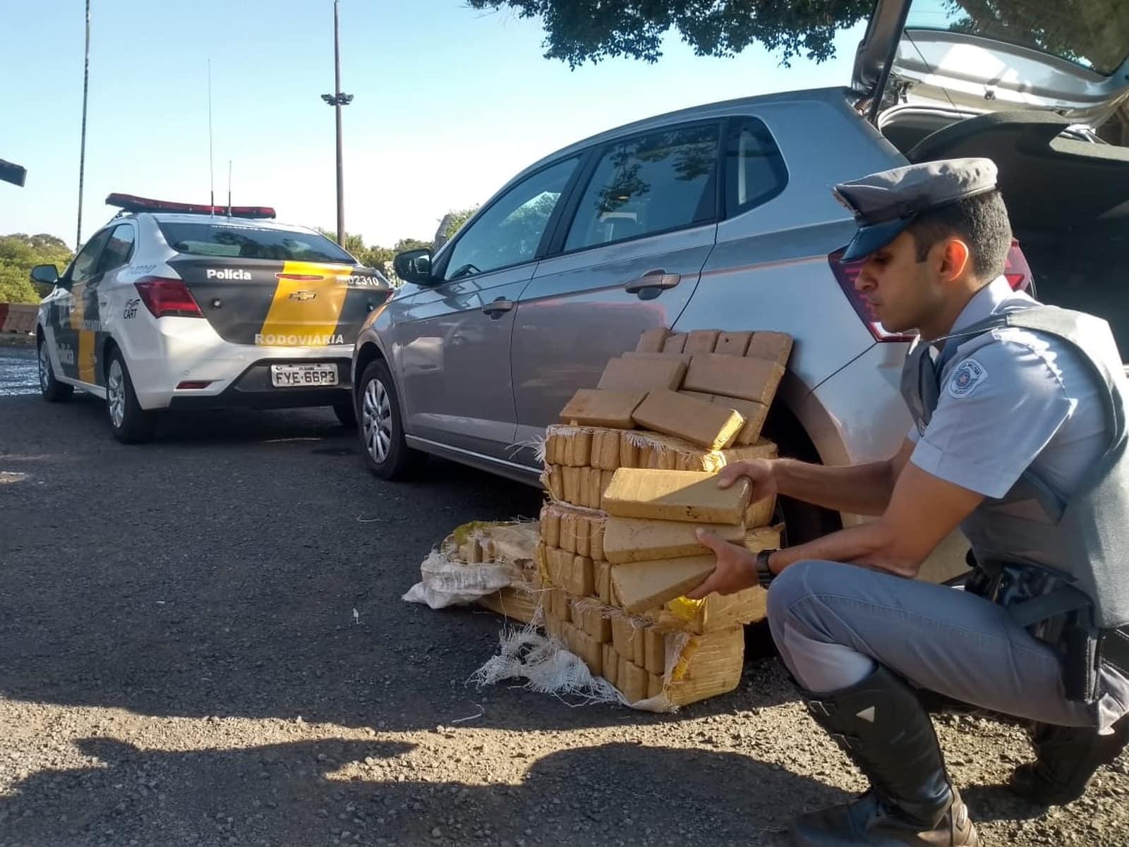 Polícia Rodoviária apreende tijolos de maconha durante fiscalização na Raposo Tavares — Foto: Polícia Rodoviária/Divulgação