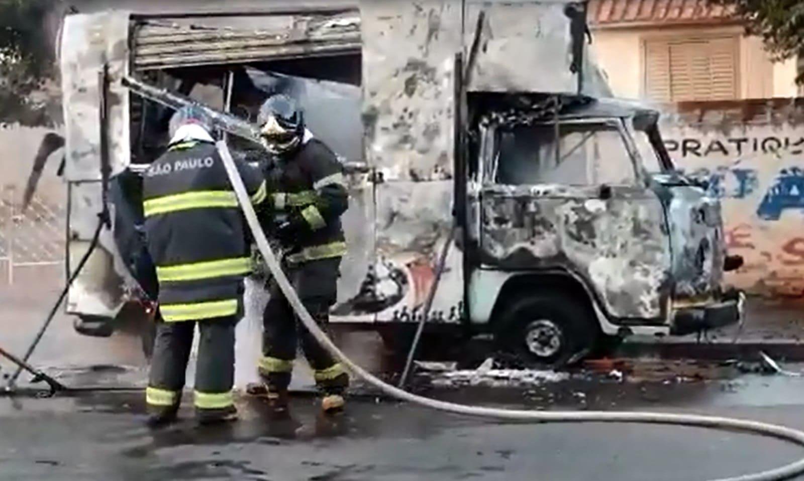 Kombi de lanches pega fogo e mobiliza bombeiros em Ourinhos — Foto: Passando a Régua/Divulgação