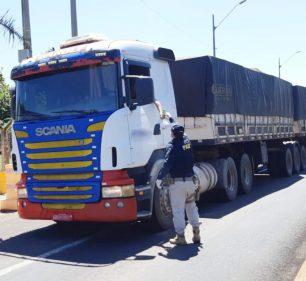 Policial durante distribuição do kit de lanche a caminhoneiro em posto de fiscalização da BR-153 — Foto: Polícia Rodoviária Federal/Divulgação