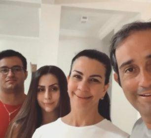 Motociclista que ficou 'preso' na Argentina chega em Assis e grava vídeo com a família — Foto: TV TEM/Reprodução