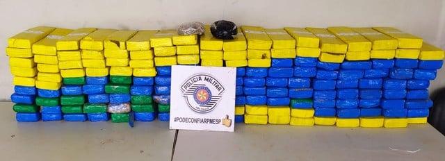 No total, policiais encontraram 161 tijolos e mais dois pacotes de maconha escondidos no caminhão — Foto: Polícia Militar/Divulgação
