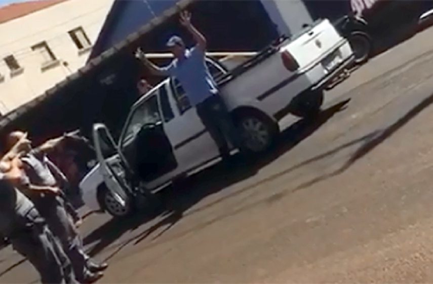 Vítima é arrastada e impede roubo de veículo em Cândido Mota (Foto: Reprodução)