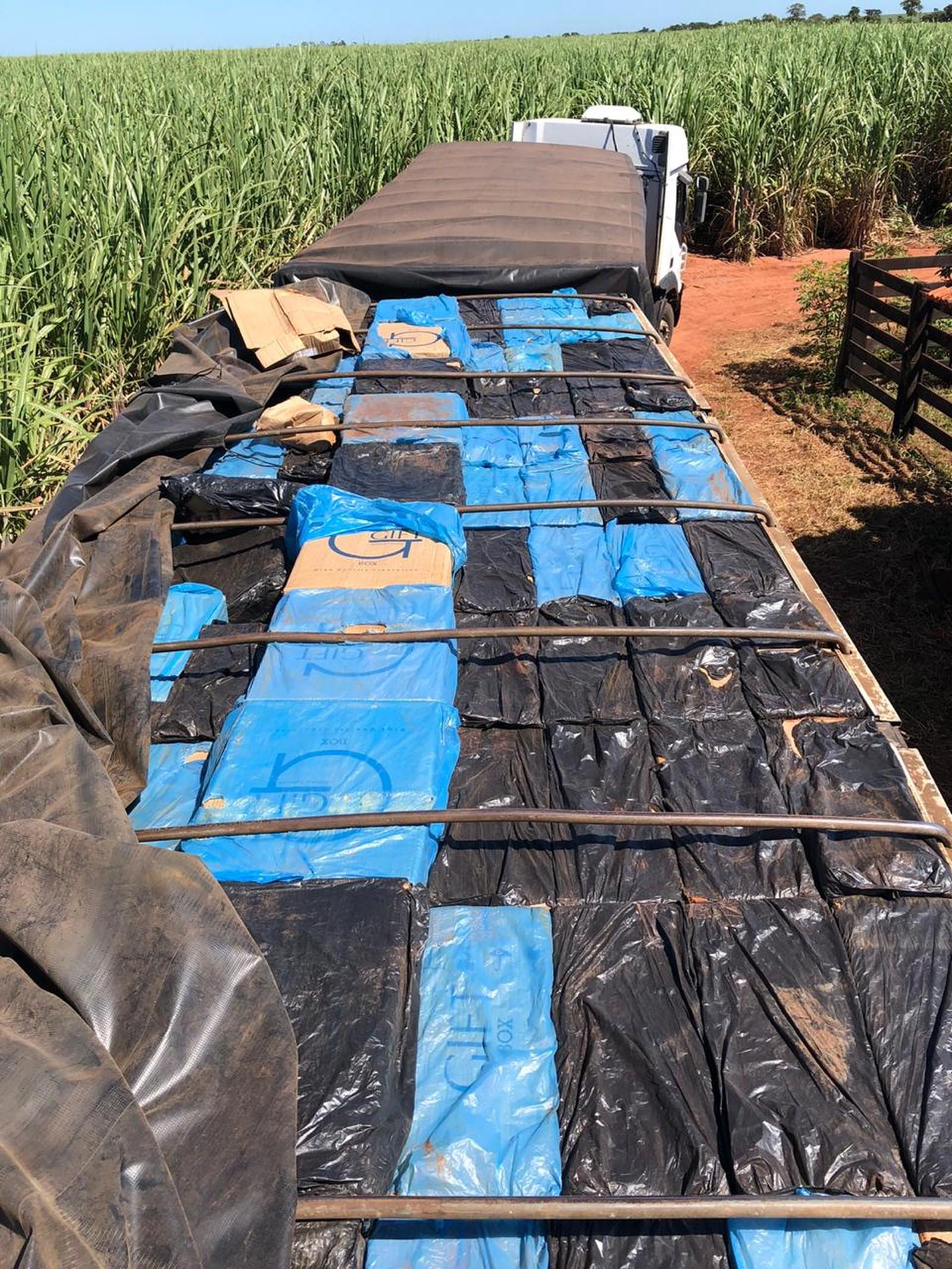 Cigarros estavam na carroceria do caminhão abordado em Assis — Foto: Polícia Militar / Divulgação