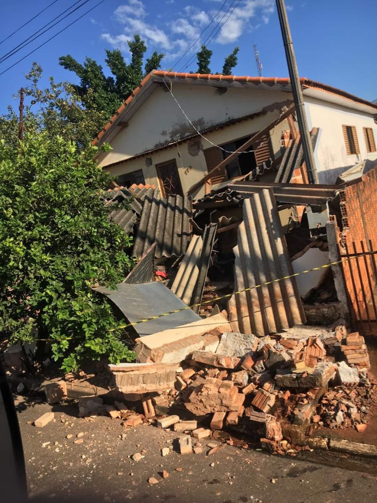 Frente da casa ficou destruída após ser atingida pelo ônibus em Quatá — Foto: Divulgação