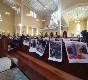 Paróquia celebra missa em igreja vazia com fotos de fiéis, em Curitiba — Foto: Helen Anacleto/RPC