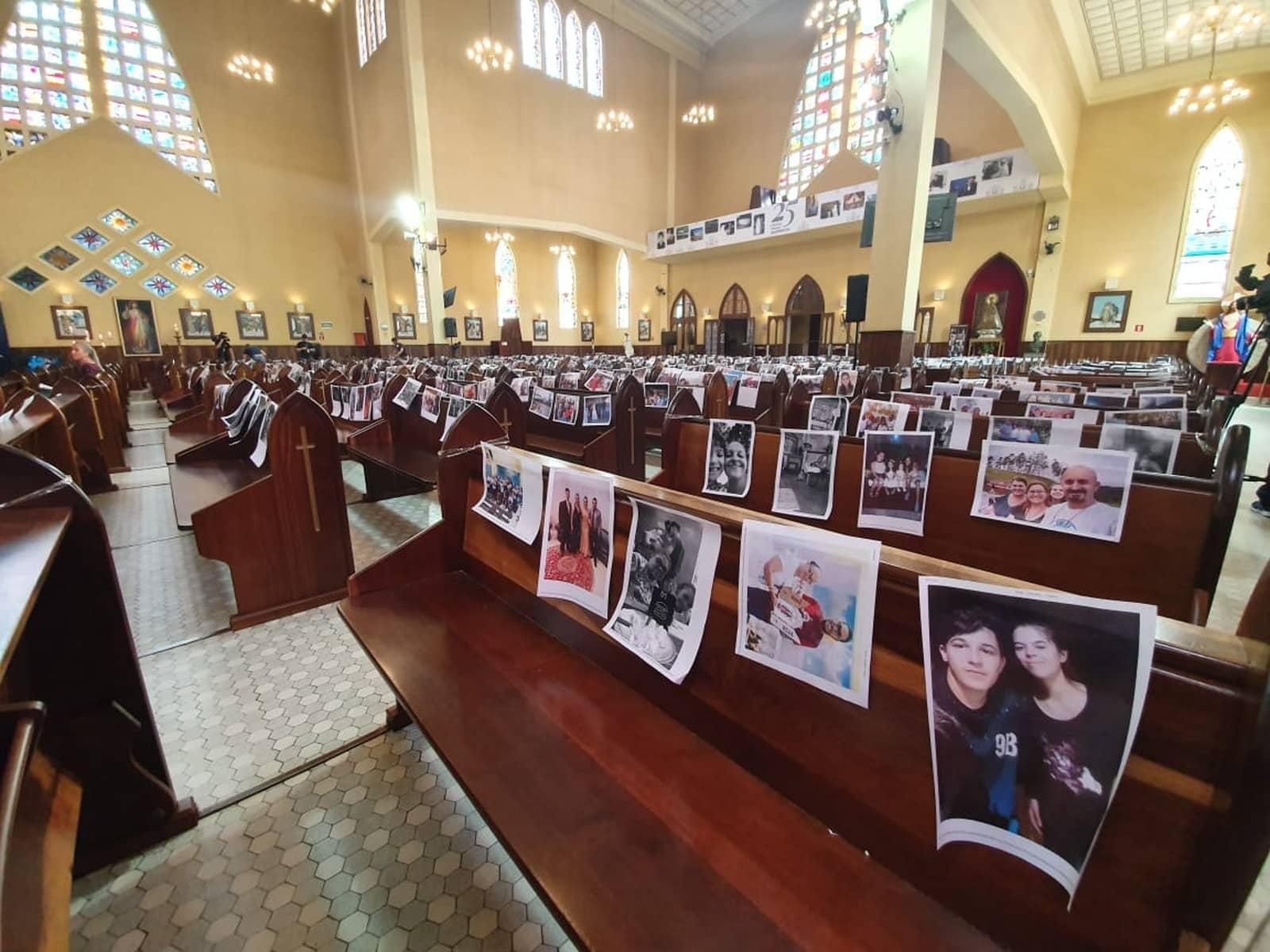 Mais de 100 mil pessoas mandaram fotos para paróquia de Curitiba — Foto: Helen Anacleto/RPC