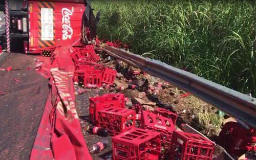Caminhão de refrigerantes tomba e espalha carga no acostamento da SP-294 em Marília — Foto: Ana Carolina Levorato/TV TEM
