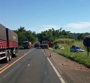 Duas pessoas ficam feridas em acidente com carretas em Quatá — Foto: Polícia Rodoviária/Divulgação