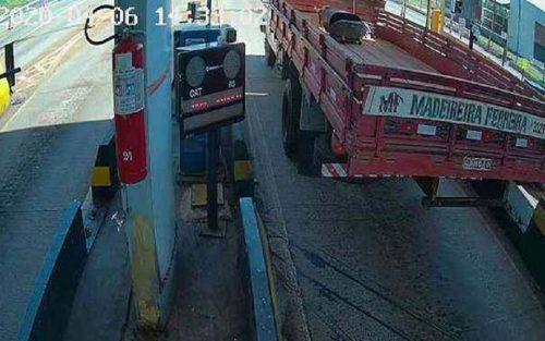 Caminhão roubado em Tarumã é flagrado passando por pedágio (Foto: Reprodução)