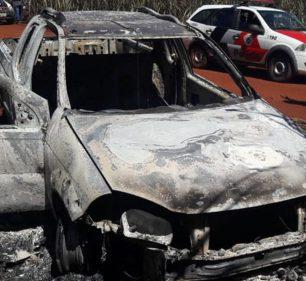 Carro da vítima de homicídio foi encontrado queimado em estrada de Maracaí (SP) — Foto: Divulgação